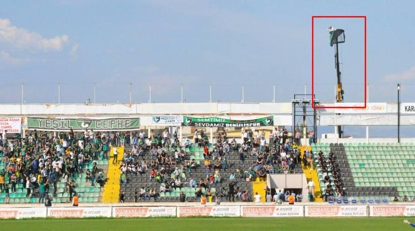 """Фанат """"Денизлиспора"""", чтобы посмотреть игру своей команды, арендовал подъемный кран"""
