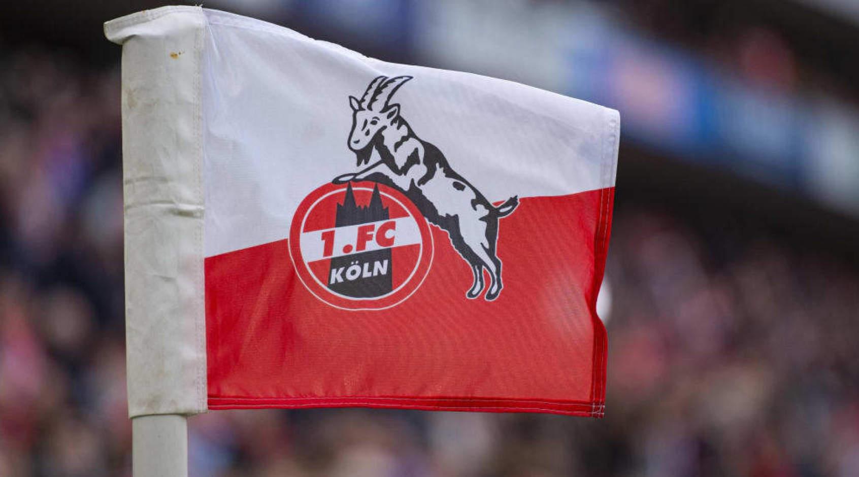 """Трибуны стадиона """"Кельна"""" украсили шарфами и футболками, которые передали болельщики (Фото)"""