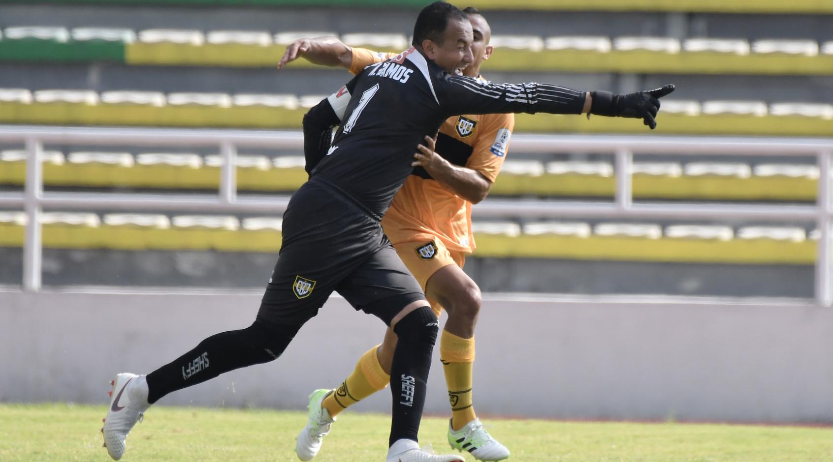 Вратарь-бомбардир из Колумбии забивает в каждом туре, и даже с центра поля (Видео)