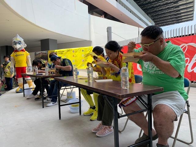 Чемпионат по обжорству и конкурс детских рисунков: как японский клуб заманивает болельщиков (+Фото, Видео) - изображение 6