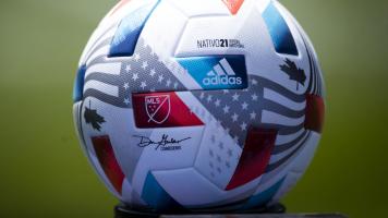 Игрок клуба MLS сделал предложение руки и сердца прямо на поле (Видео)