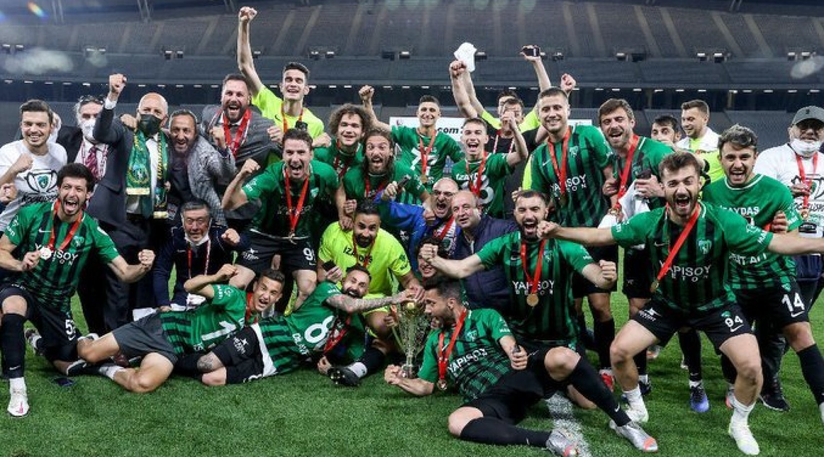 """Игрок турецкого """"Коджаэлиспора"""" выпал из автобуса во время празднования командой выхода в первую лигу (Видео)"""