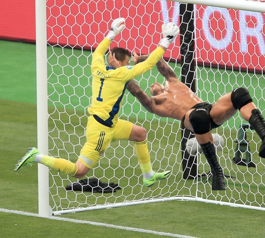 Прыжок вратаря сборной Шотландии Маршалла высмеяли в соцсетях после матча с Чехией (Фото) - изображение 28