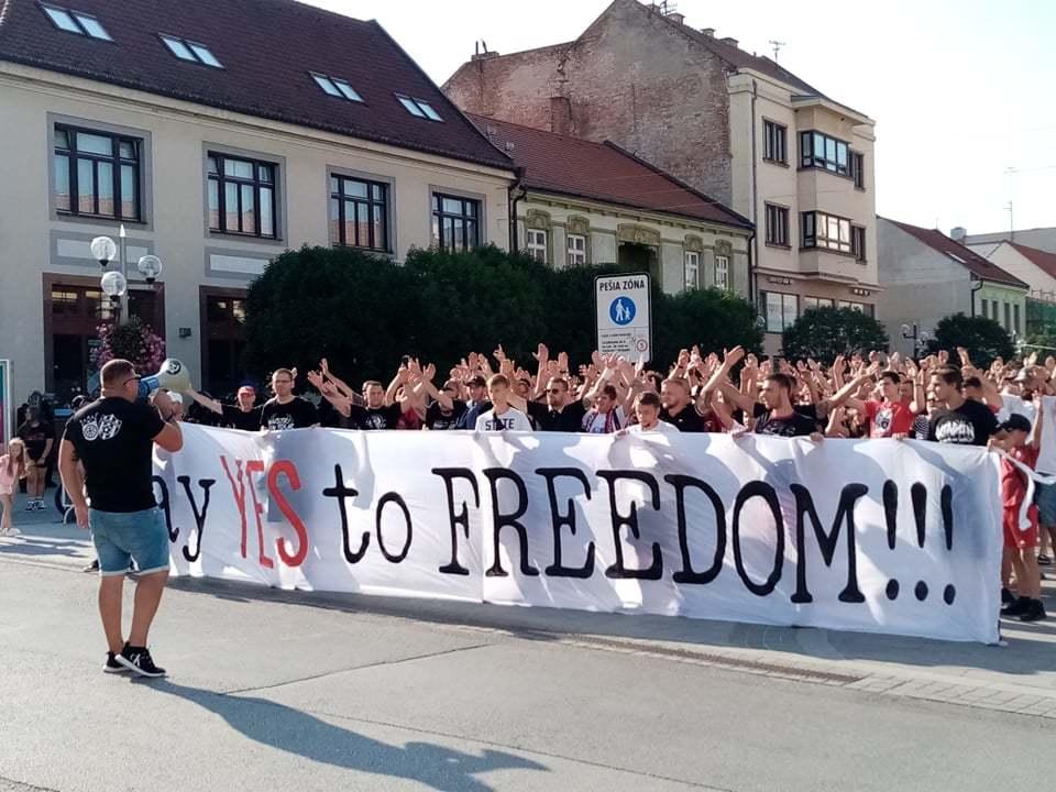 В Словакии фанаты устроили акцию протеста, требуя свободного посещения стадионов (Фото) - изображение 1