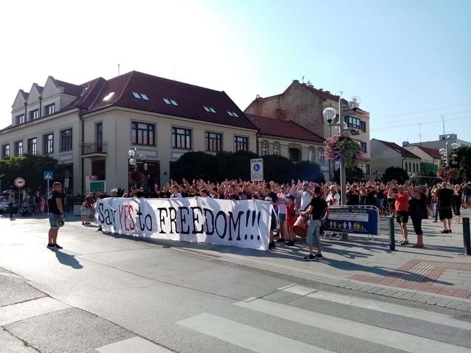 В Словакии фанаты устроили акцию протеста, требуя свободного посещения стадионов (Фото) - изображение 2