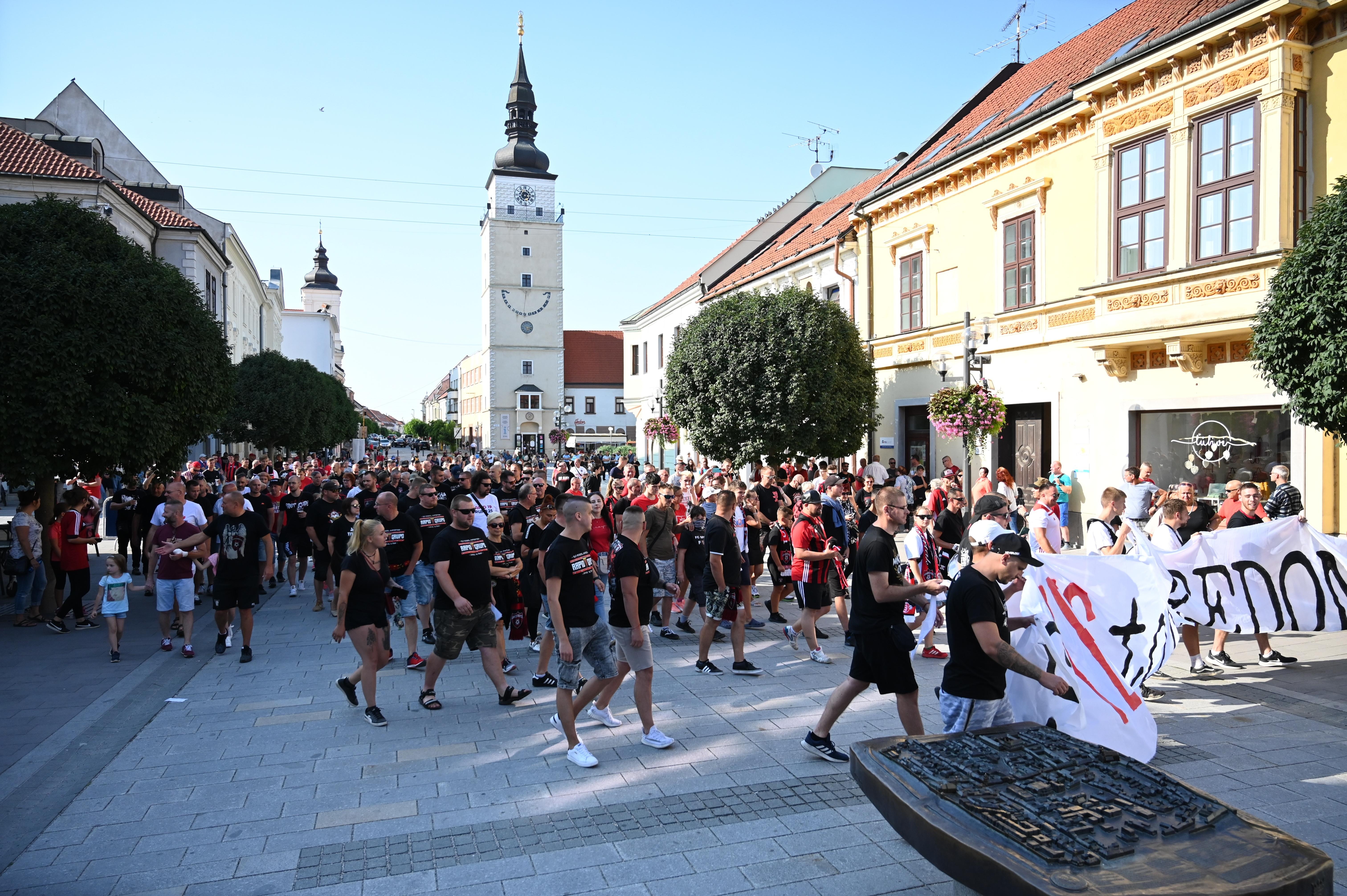 В Словакии фанаты устроили акцию протеста, требуя свободного посещения стадионов (Фото) - изображение 4