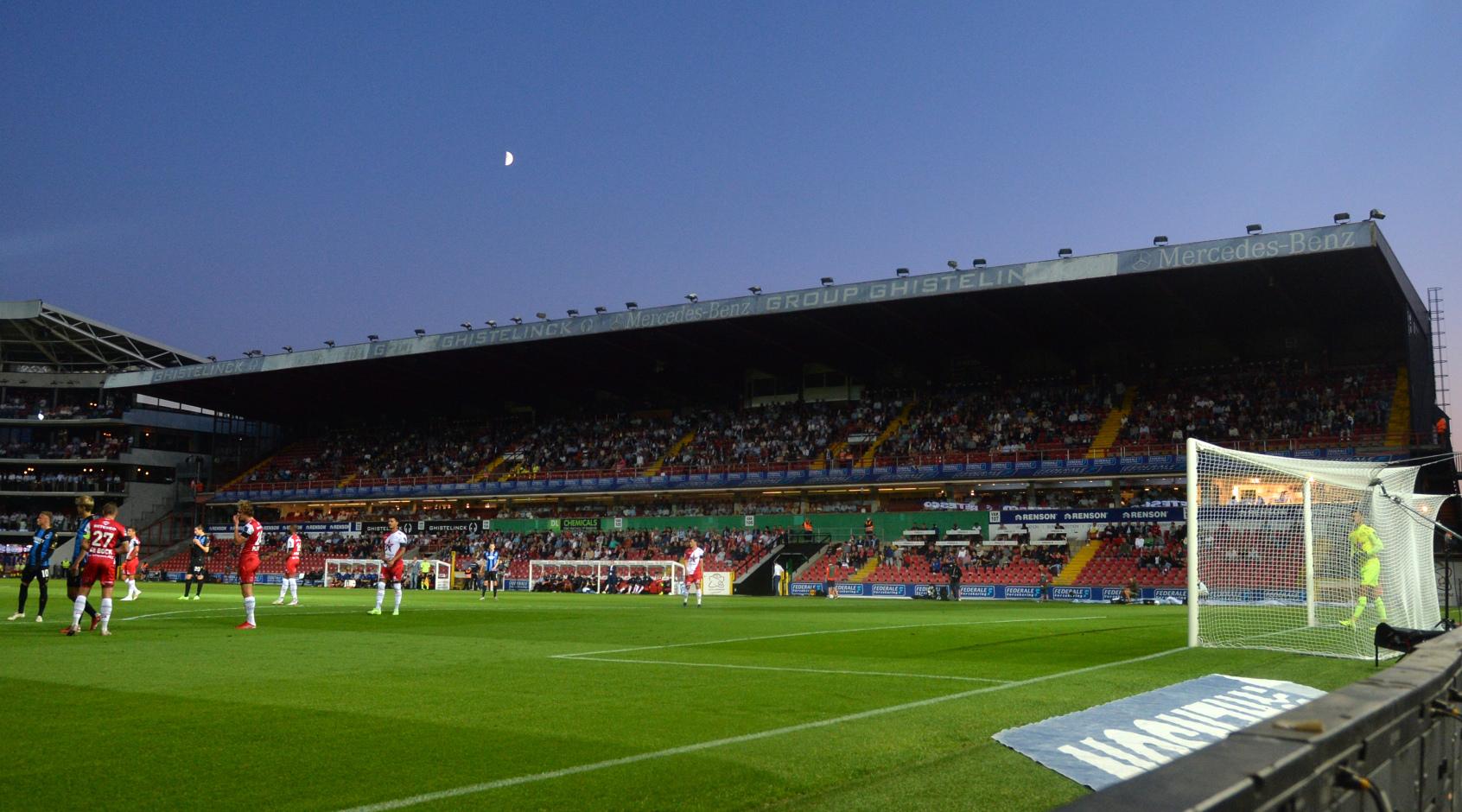 """На стадионе """"Зюлте-Варегема"""" пропал свет: спонсор клуба – компания, которая поставляет электроэнергию"""
