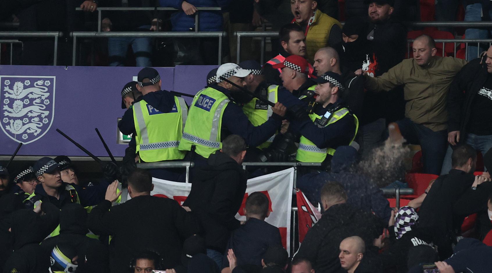 Во время матча Англия - Венгрия произошли столкновения полиции и болельщиков