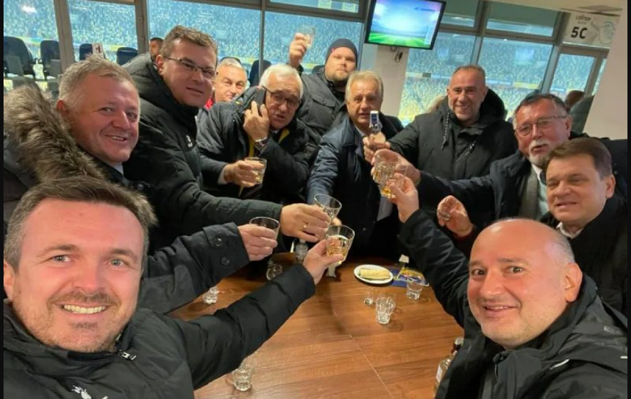 Алкоголь и закуски: как боснийская делегация отметила ничью с Украиной во Львове (Фото) - изображение 1